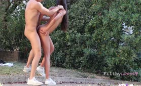 REAL COUPLE KISS AND HAVE RAW SEX OUTDOORS IN PUBLIC PARK